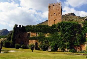 Замок в Нинфейских садах: Замок в окружении Нинфейских садов. Растения аккуратно высажены посреди развалин, создавая тем самым идиллическую обстановку. Фото: http://tracks.vagabondo.net/Matteo Bordini
