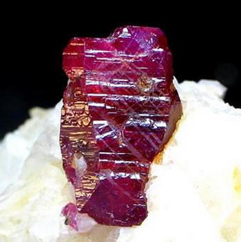 Рубин — драгоценный камень. Фото с Finesell.ru