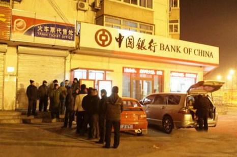Предновогодняя ночная очередь за билетами. Фото: sina.com.cn