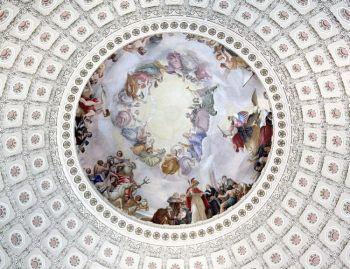 На этой фотографии изображена  фреска «Апофеоз Вашингтона» на потолке купола Капитолия в Вашингтоне. Она была нарисована Константином Брумиди в 1865 году. Парящие фигуры достигают около 4,5 метров в высоту. Фото: Карен Блейер / AFP / Getty Images