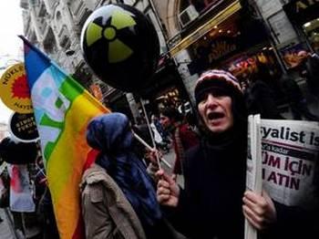 Активисты образуют цепь на митинге протеста против запланированного строительства  АЭС в Турции. Фото: Mustafa Ozer / AFP / Getty Images