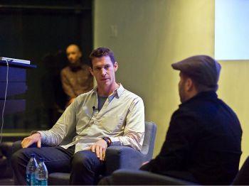 Фотограф и режиссер-документалист Тим Хетерингтон выступает на форуме