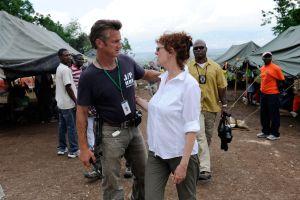 Актеры Шон Пенн и Сюзан Сарандон приветствуют друг друга в апреле 2010г. в лагере на Гаити, организованный Фондом актера. Фото: Kevork Djansezian/Getty Images