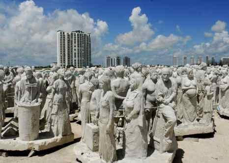 Скульптуры британского художника Джейсона де Caires на пляже в Канкуне. Фото: JOSE DOMINGUEZ/AFP/Getty Images