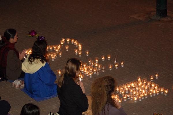 Фалунь Дафа в Тель Авиве. Акция зажжения свечей по погибшим практикующим Фалуньгун в китайских концлагерях. Фото: Ирина Оширова. Великая Эпоха (The Epoch Times)