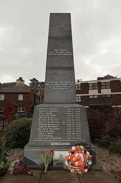 Дерри, Северная Ирландия. Цветы в марте 2010 г. у подножия мемориала погибшим демонстрантам. Фото: Peter Macdiarmid/Getty Images