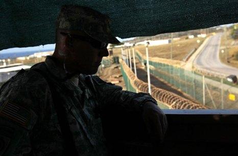 Гуантанамо (Куба). Охранник-американский морской пехотинец наблюдает за лагерной территорией. Фото:  John Moore/Getty Images