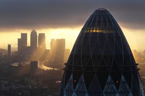 Англия. Солнце поднимается над Лондон-Сити.  Великобритания.  Фото:  Dan Kitwood/Getty Images