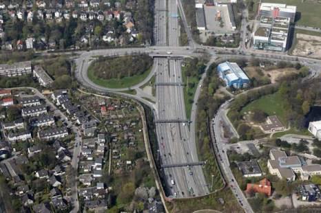 Гамбург. Автострада A7, уходящая в туннель, проложенный под Эльбой. Фото: Andreas Rentz/Getty Images