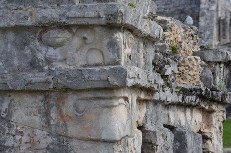 Детали рельефного изображения лица на фасаде храма «Спускающийся бог» в Тулуме. Фото: CRIS BOURONCLE/AFP/Getty Images
