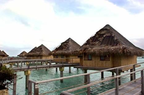 Полинезия. Разрушенные ураганом крыши туристических домиков на воде. Фото: AFP/Getty Images