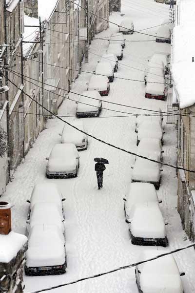 Снег и лед во Франции вынудили сотни водителей оставить свои автомобили в Бретани и соседней Нормандии. Эти две области в большей степени оказались пораженными внезапным похолоданием в начале декабря. Фото: ROMAIN PERROCHEAU/AFP/Getty Images