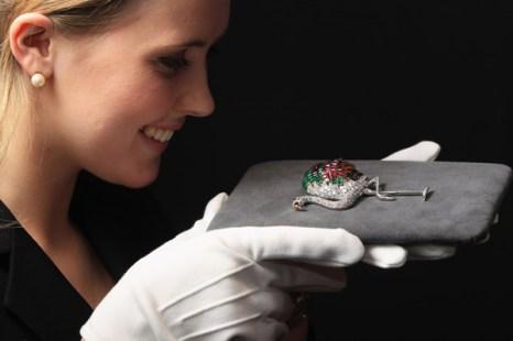 Алмазная брошь с рубинами, сапфирами и изумрудами, созданная Картье в 1940 г.  Фото: Dan Kitwood/Getty Images