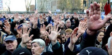 Грузинские сторонники оппозиции. Фото: VANO SHLAMOV/AFP/ Getty Images