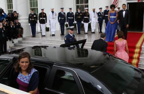 Президент США Барак Обама и первая леди страны Мишель Обама встречают мексиканского Президента Фелипе Кальдерона и его жену Маргэрит Зэвэлу в Белом доме. Фоторепортаж. Фото: Mark Wilson/Getty Images