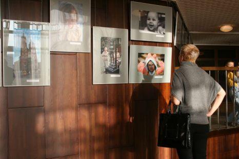 Наедине с фотографиями. Фото: Оксана Торбеева/Великая Эпоха (The Epoch Times)