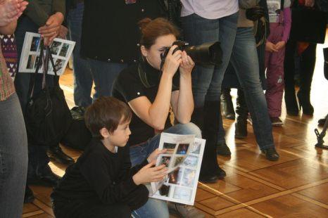 Даже на выставке не расстаёмся с камерой.  Фото: Оксана Торбеева/Великая Эпоха (The Epoch Times)