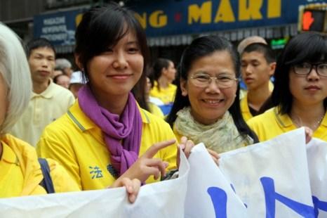 Эльза Чэнь (слева) и Линда Хуан приехали из Австралии на ежегодный парад Фалунь Дафа, 18 мая. Фото: Shar Adams/The Epoch Times
