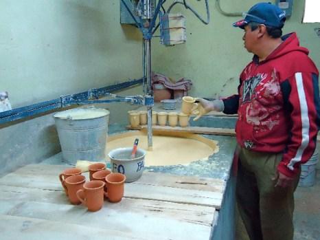 Покрытие глазурью керамической  посуды. Фото: Сьюзен Джеймс