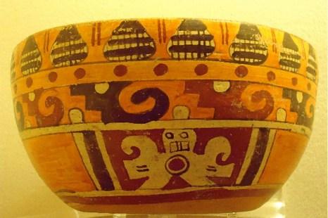 Доколумбийский керамический шар, демонстрирующийся в Археологическом  музее Чолула в пригороде Пуэблы. Фото: Сьюзен Джеймс