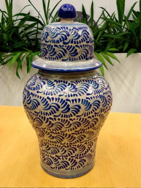 Первоначально только два цвета использовались в процессе покрытия глазурью изделий  Талавера: синий и белый. Кубок в Конференц-центре  Туристического рынка. Фото: Сьюзен Джеймс