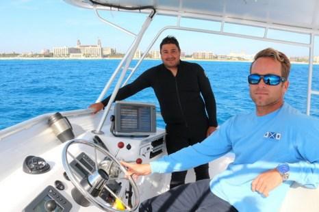 Капитаны Даниэль Масиас (в гидрокостюме) и Зак Макгоуэн направляют Wet Temptations к рифу вблизи известного на Палм-Бич BREAKERS HOTEL. Фото: Myriam Moran