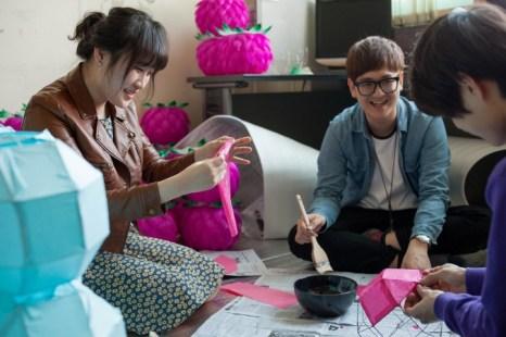 Студенты изготавливают бумажные фонари для фестиваля лотосовых фонарей в университете Dongguk 8 мая, за три дня до начала мероприятия. Университет Dongguk является старейшим буддийским университетом в Корее. Фото: Jarrod Hall/Великая Эпоха (The Epoch Times)