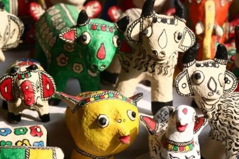 Показ игрушек из бумаги Mache на рынке в Дели-Haat. Эти игрушки сделаны из отходов целлюлозной бумаги и окрашены с использованием натуральных красителей традиционного народного мастерства. Фото: Venus Upadhayaya /Великая Эпоха (The Epoch Times)