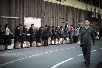 Вокзал Гонконга переполнен пассажирами, пытающимися вывезти сухое молоко в Китай. Фото: Getty Images