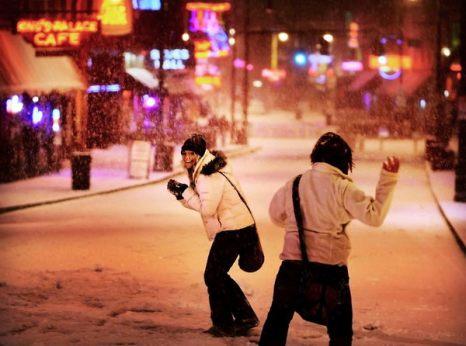 Зимой не до скуки. Саманта Шрам (слева) пытается уклониться от снежка своей сестры Сидни в Мемфисе, штат Теннеси. Фото: AP Photo/The Commercial Appeal/Jim Weber