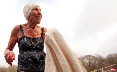 Зимой не до скуки. 85-летняя Ивонн Вудс с полотенцем после чемпионата по плаванию в холодной воде в Лондоне 22 января. Фото: sportpicture.ru