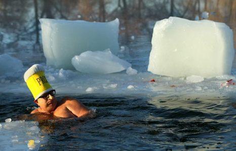 Зимой не до скуки. Морж в ледяных водах озера Оранкезе на 27-ом ежегодном «Заплыве моржей» в Берлине 8 января. Участники заявляют, что купание в ледяной воде хорошо сказывается на артикуляции крови в организме. Фото: Sean Gallup/Getty Images