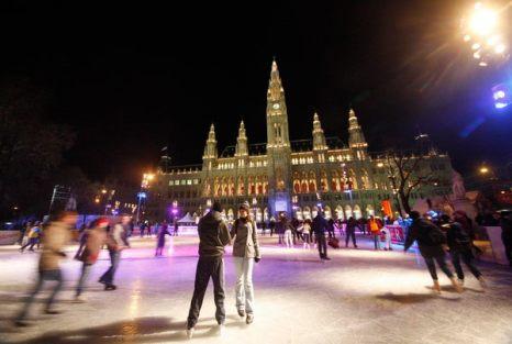 Зимой не до скуки. Люди катаются на коньках на ежегодном катке