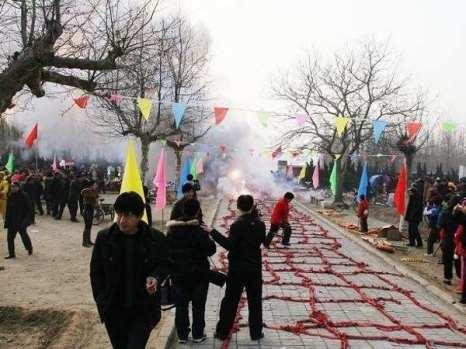 Вот как надо запускать петарды и хлопушки. Фото: kanzhongguo.com