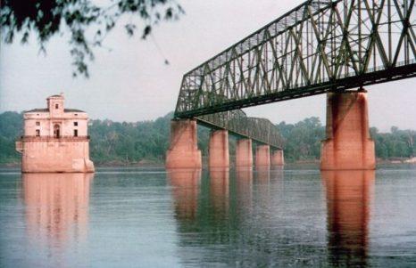 До 1967 года через этот мост проходило легендарное шоссе 66 (Route 66), однако впоследствии маршрут был изменен. 31 год мост по сути пустовал, пока в 1999-м его не обозначили официально как велосипедно-пешеходный. Общая длина моста – 1631 метр.Фото: bigpicture.ru