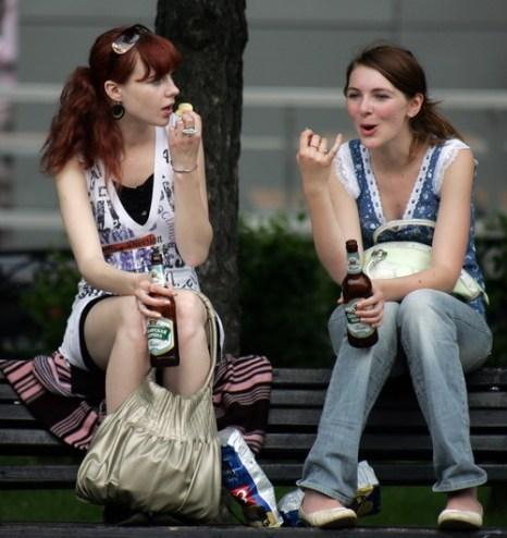 Уже к 24 годам в России алкоголь употребляют 70% молодежи. Фото: Maxim Marmur/AFP/Getty Images