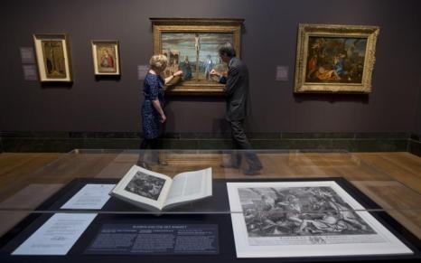 Картина Джованни Баттиста Чима «Христос на кресте, Богородица и Иоанн Богослов» 1488-1493 гг. на выставке «Рождение коллекции» в Национальной галерее Лондона 21 мая 2013 года. Фото: Dan Kitwood/Getty Images for Barber Institute of Fine Arts