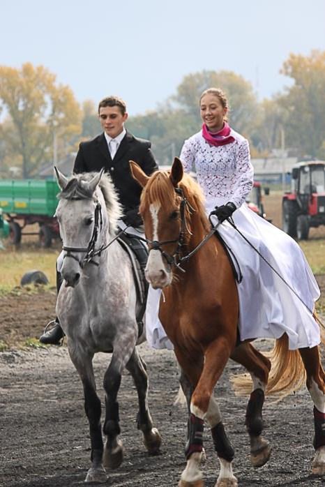 Одна из свадебных пар. Фото: Иван Чанков