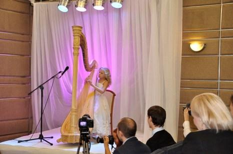 На арфе играет «ангелочек» — Алиса Садникова из Москвы. Фото: Ульяна Ким/Великая Эпоха (The Epoch Times)
