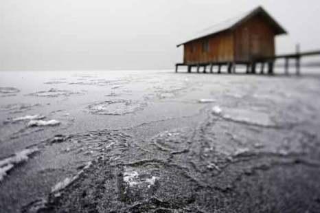 Водоемы в Германии покрылись льдом. Фото: Johannes Simon/Getty Images