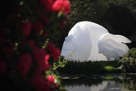 Необычные скульптуры At Tatton Parks Biennial 2012  в парке Tatton в графстве Чешир. Фото: Christopher Furlong/Getty Images