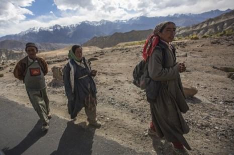 Деревенские жители идут по дороге поблизости от деревни Базго. Ладак. Фото: Daniel Berehulak/Getty Images