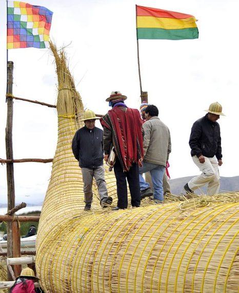 Традиционный корабль из камыша под названием Тунупа 15 м в длину, 4,5 м в ширину и весом около 12 тонн для ритуала в день летнего солнцестояния 21 декабря 2012 г. Фото: AIZAR RALDES/AFP/Getty Images