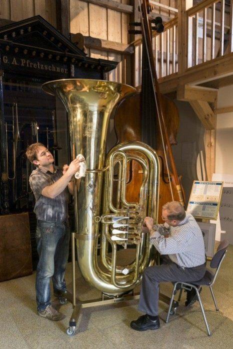 Самая большая в мире туба изготовлена мастером Хартмутом Гайлертом и его сыном Михаэлем в мастерской города Маркнойкирхен в Германии. Фото: Joern Haufe/Getty Images