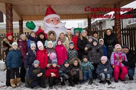 Дети вместе с родителями поздравляют всех с Новым 2014 годом!
