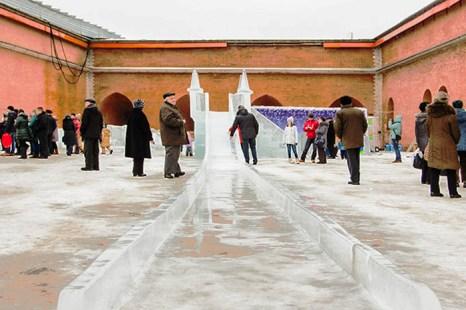Посредине площадки высится ледяная катальная горка. Фото: Олег Луценко/Великая Эпоха (The Epoch Times)