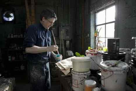 Шон Столл смешивает голубую краску. Фото: Samira Bouaou/Epoch Times