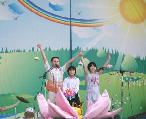 Детский коллектив исполняет песню