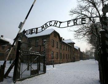 Более 4 миллионов человек было уничтожено нацистами в крематориях и на кострах лагеря Освенцим. Фото:  JACEK BEDNARCZYK/AFP/Getty Images