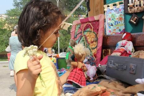 Детям нравилось творчество народных умельцев. Фото: Николай ОШКАЙ/Великая Эпоха (The Epoch Times)